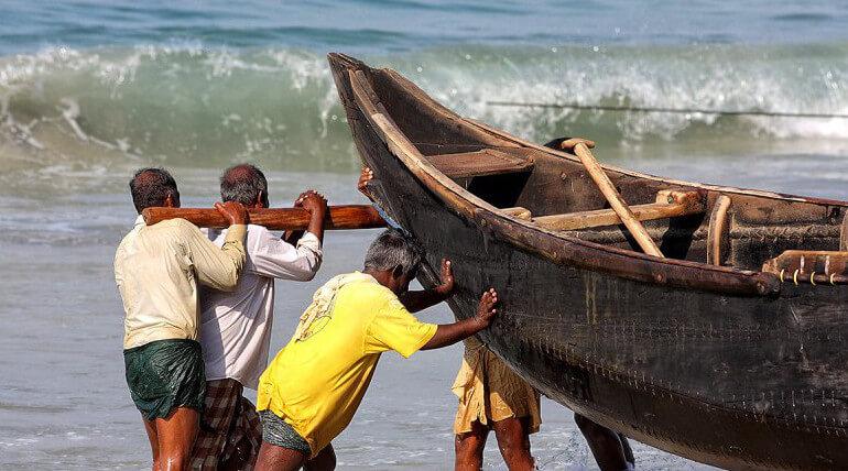 தமிழக மீனவர்கள் மற்றும் படகுகளை இலங்கை கடற்படையினர் சிறைபிடிப்பு