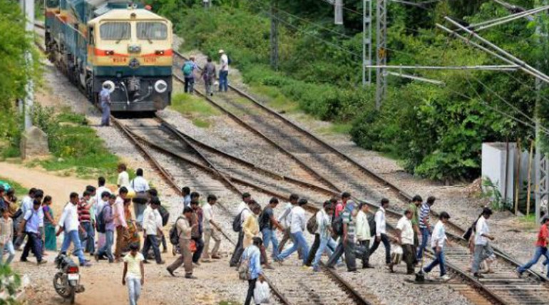 6 Youths dead while crossing the railway track in Uttar Pradesh Hapur District