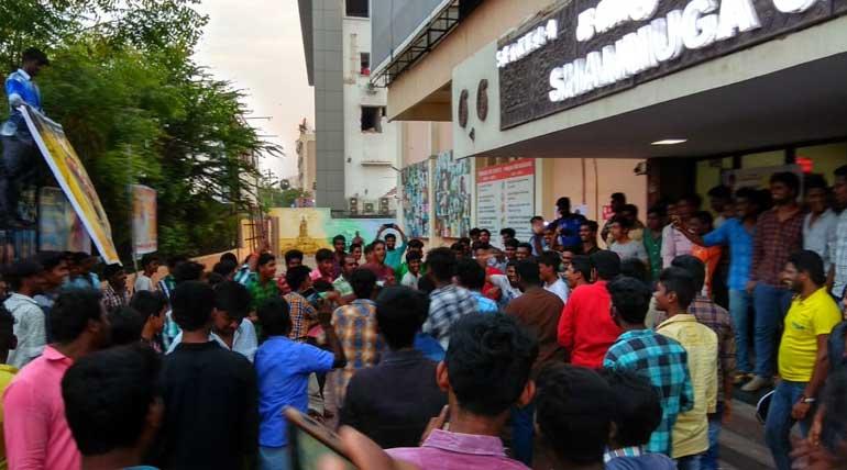 சண்முகா திரையரங்கம், மதுரை. வேதாளம் திரைப்படத்தை கொண்டாடிய ரசிகர்கள்