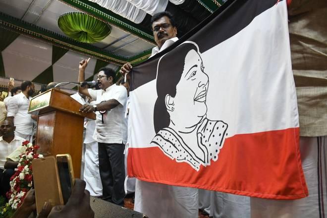 அம்மா மக்கள் முன்னேற்ற கழகம் என்ற புதிய கட்சியை தினகரன் துவங்கியுள்ளார்.