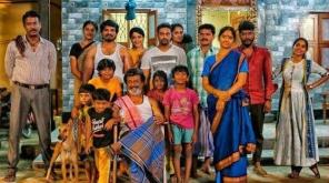 பலத்த எதிர்பார்ப்புகளுக்கிடையே இன்று வெளியாக இருந்த காலா டீசரை ஜெயேந்திர சரஸ்வதி மறைவின் காரணமாக நாளை படக்குழு வெளியிட உள்ளது, Image Credit - Twitter (@LMKMovieManiac)