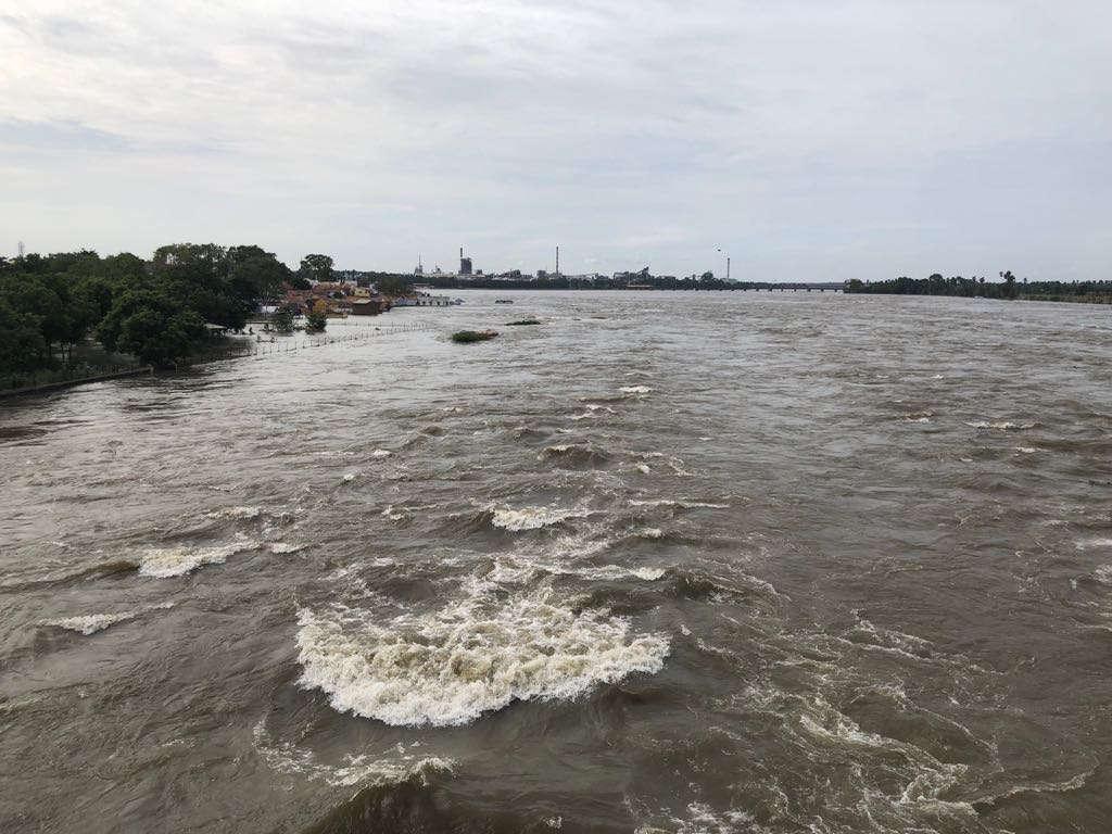 பள்ளிபாளையம் பழைய பாலத்தில் கரைபுரண்டோடும் காவேரி வெள்ளம்