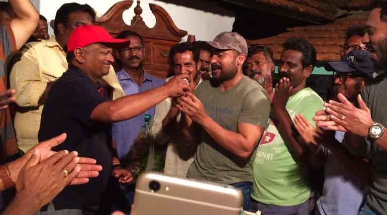 சூர்யா 37 படப்பிடிப்பு தலத்தில் நடைபெற்ற இயக்குனர் கேவி ஆனந்த் பிறந்த நாள் கொண்டாட்டம்
